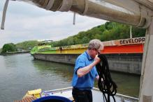 Aground on Oise River- Getting rescued by barge- no charge glad to help